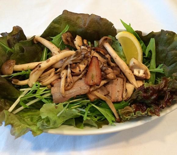 2-2ベーコンときのこ炒めのせグリーンサラダ
